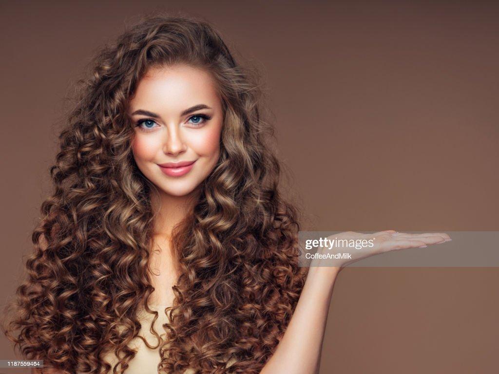 ボリュームのあるカーリーヘアスタイルの美しい女性 : ストックフォト