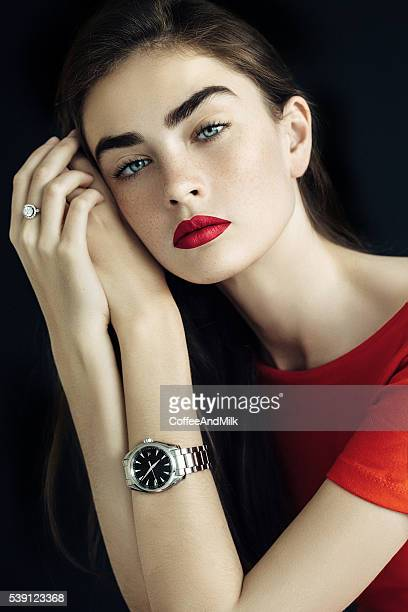 Belle femme avec les montres