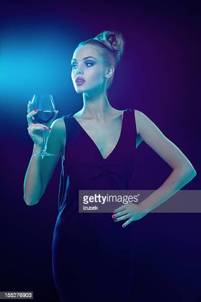Mulher bonita com um copo de vinho
