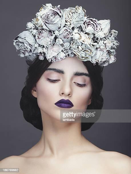 Schöne Frau mit Kranz aus Blumen
