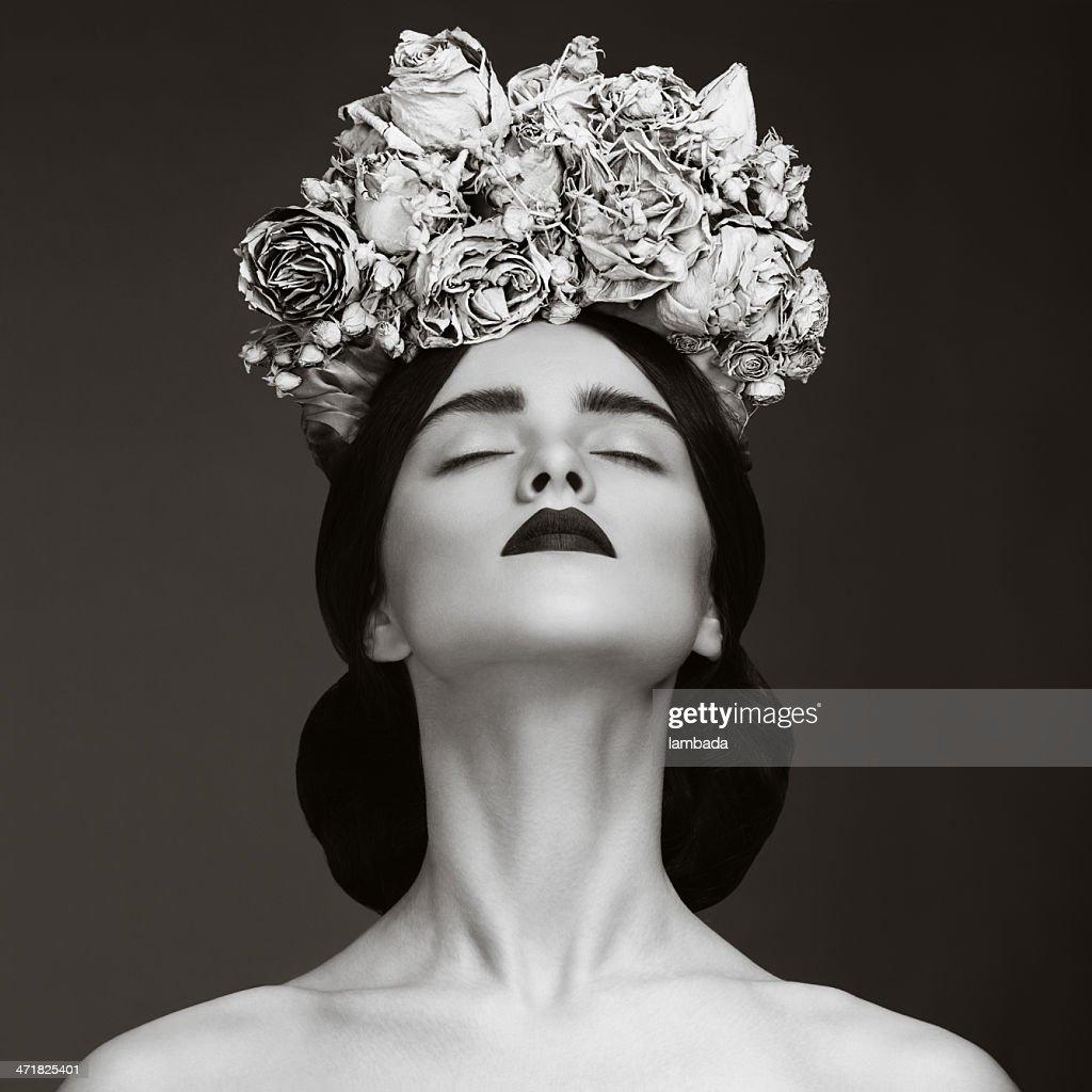 Schöne Frau mit Kranz aus Blumen : Stock-Foto