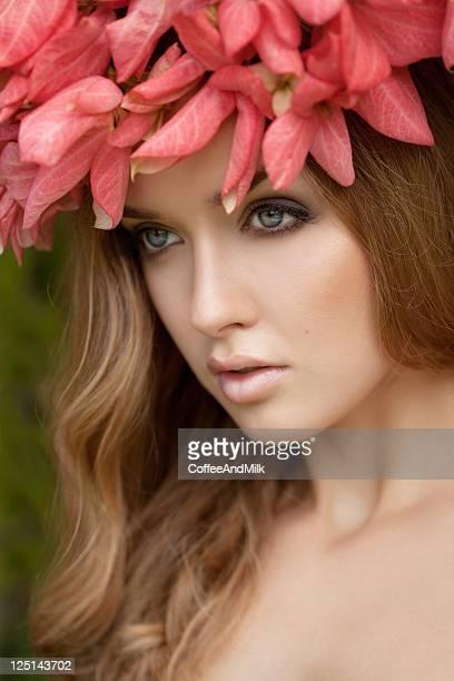 mulher de beleza com coroa de flores - coroa enfeite para cabeça - fotografias e filmes do acervo