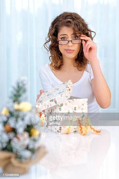 bella mujer con regalo de navidad - fealdad fotografías e imágenes de stock