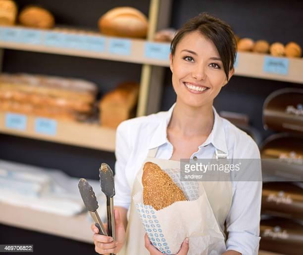 Schöne Frau arbeitet an der Bäckerei