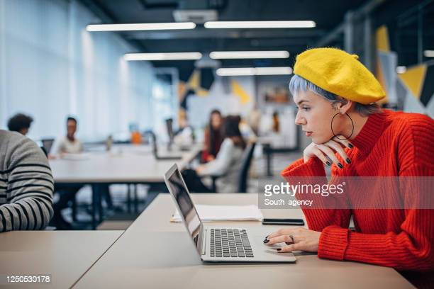 belle femme travaillant sur l'ordinateur portatif dans le grand bureau moderne - affaires finance et industrie photos et images de collection