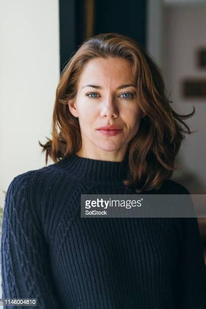 mooie vrouw portret - bruin haar stockfoto's en -beelden