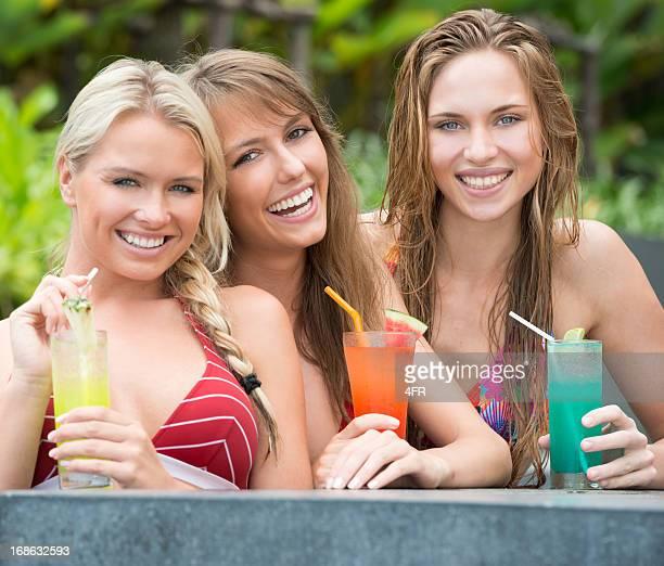 Belle femme boire des Cocktails au Bar de la piscine