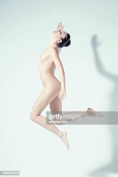 hermosa mujer hermosa desnuda brunette belleza natural de retratos - mujer desnuda cuerpo entero fotografías e imágenes de stock
