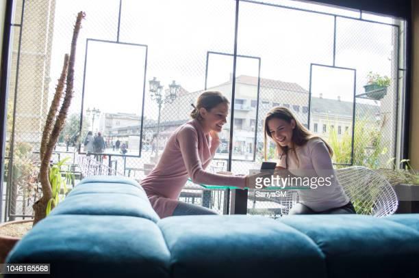 mulheres bonitas se divertindo na cafeteria - black friday - fotografias e filmes do acervo