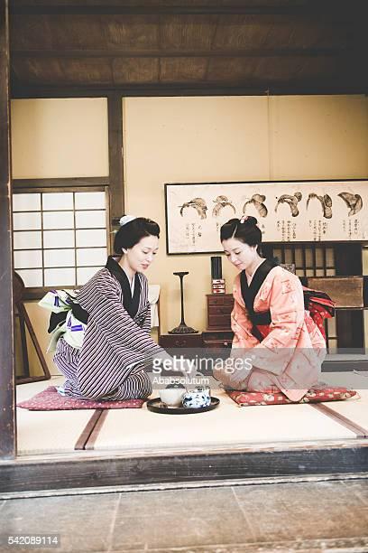 Belle femme en Kimono boire Thé Matcha, Kyoto, Japon