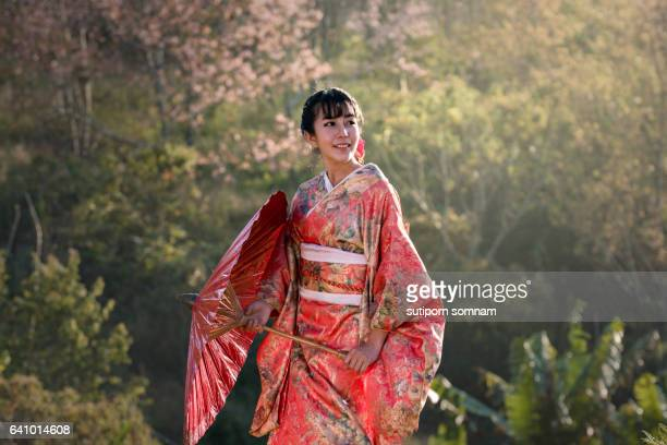 beautiful women in kimono traditional japanese - geisha photos et images de collection