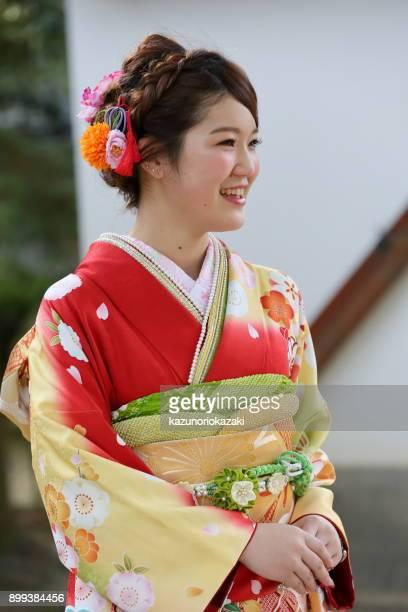 日本の伝統的な着物姿の美しい女性