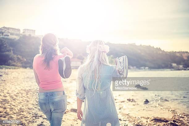 Schöne Frauen am Strand bei Sonnenuntergang