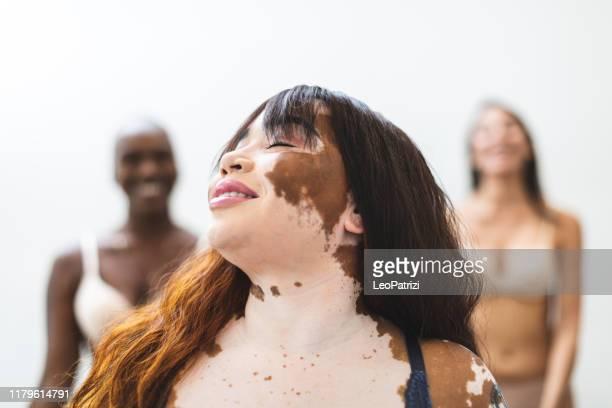retrato bonito das mulheres no estúdio - melanina - fotografias e filmes do acervo