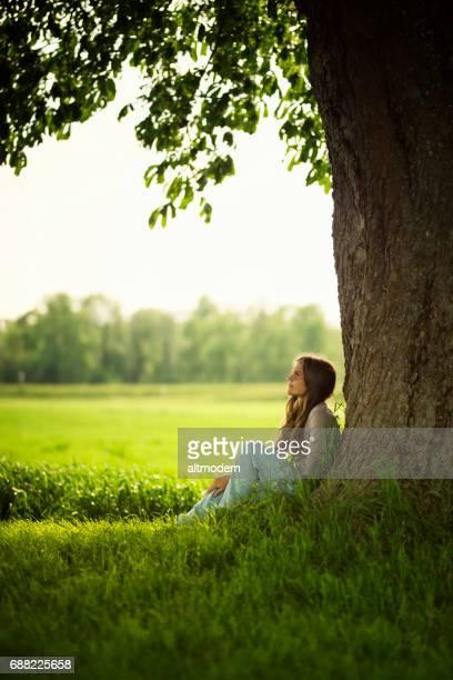 Schöne Frauen unter einer Kastanie