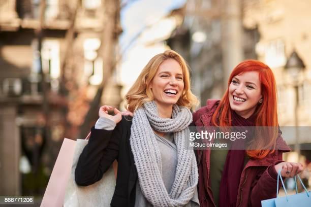 美しい女性の都市のショッピング