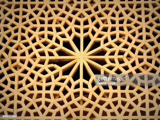 beautiful wooden geometric islamic pattern, isfahan, iran - geometriestunde stock-fotos und bilder
