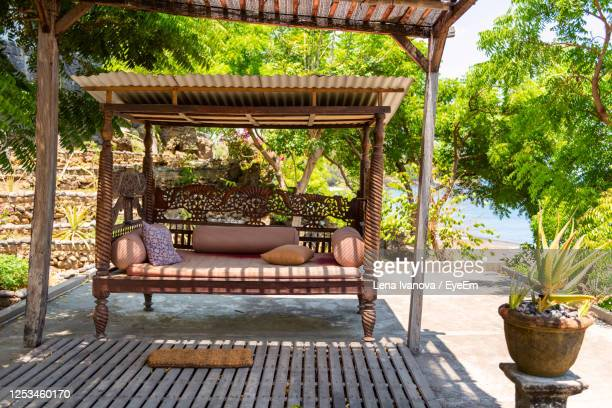 beautiful wooden vintage bench. outside asian style interior. hotel resort. bali, indonesia - pergola photos et images de collection