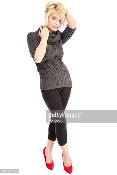 Belle jeune femme Blonde dans un pull gris