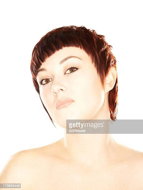 Belle jeune brunette femme aux cheveux courts