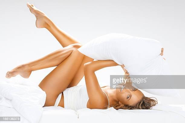 Jovem, bonita, Alegre Mulher a divertir-se na cama