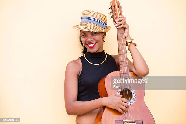 beautiful young cuban woman with guitar, havana, cuba - kunst kultur und unterhaltung fotos stock-fotos und bilder