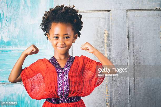 Schöne Junge Mädchen in traditionelle äthiopische Kleidung, mit Kraft