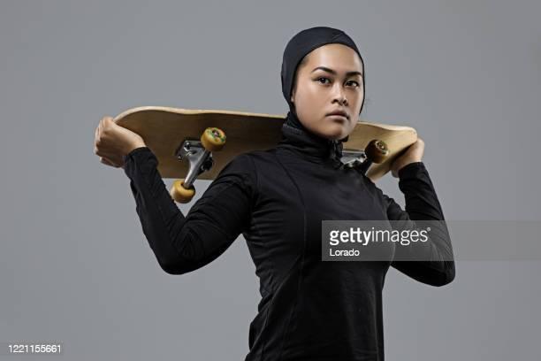ヒジャーブを身に着けている美しい若い女性アスリート - オリンピック選手 ストックフォトと画像