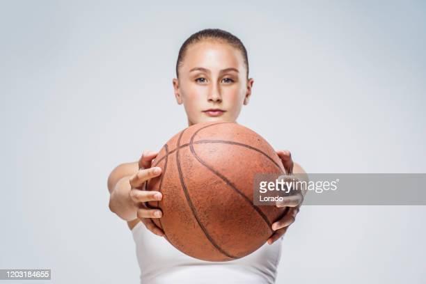 スタジオショットで美しい若い女性バスケットボール選手 - オリンピック選手 ストックフォトと画像