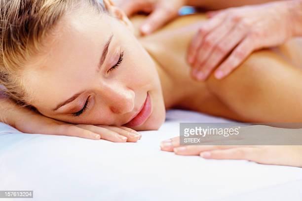 hermosa joven obtener un hombro sesión de masajes en el spa - piel bonita mujer desnuda tumbada fotografías e imágenes de stock