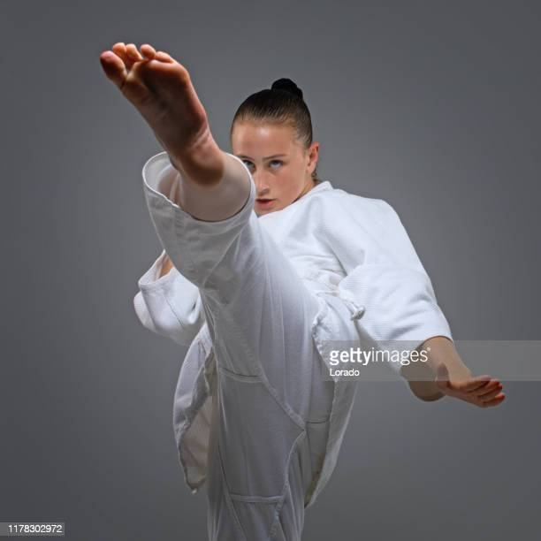 スタジオショットでポーズ美しい若い女性空手アスリート - オリンピック選手 ストックフォトと画像