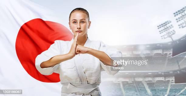 美しい若い女性空手選手と日本国旗 - オリンピック選手 ストックフォトと画像