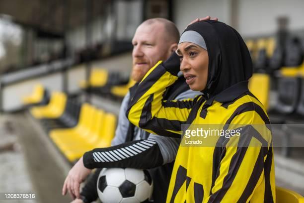 schöne junge weibliche muslimische fußballerin - zurückhaltende kleidung stock-fotos und bilder