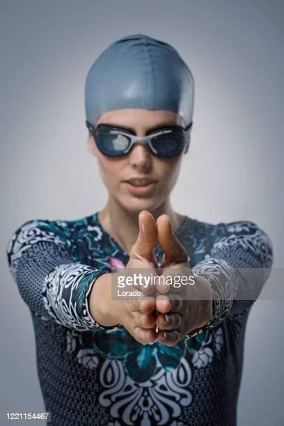 スタジオで美しい若い女性水泳アスリート - オリンピック選手 ストックフォトと画像