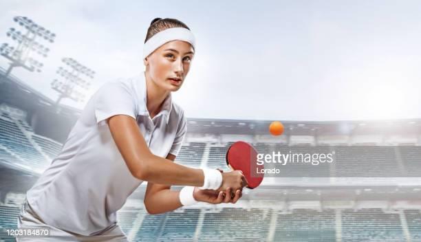 スタジオショットで美しい若い女性卓球選手 - オリンピック選手 ストックフォトと画像