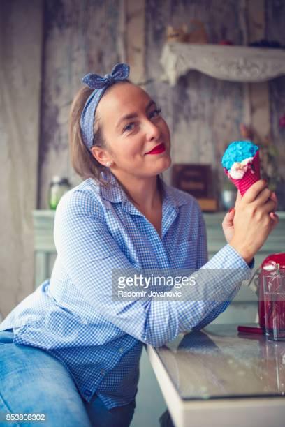 Hermosa joven divertido mujer Comer helados