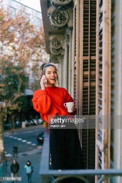 hermosa joven en barcelona - jersey top fotografías e imágenes de stock