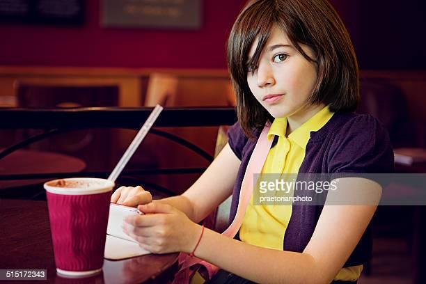 Belle jeune fille dans un café