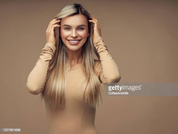 linda jovem - cabelo liso - fotografias e filmes do acervo