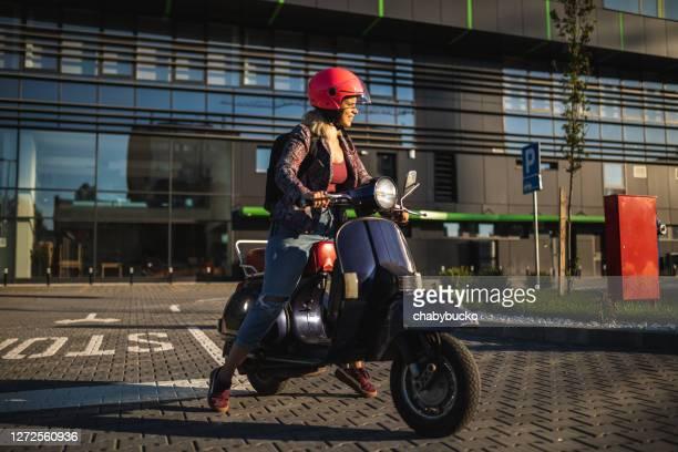 belle jeune fille monte le scooter - mobylette photos et images de collection