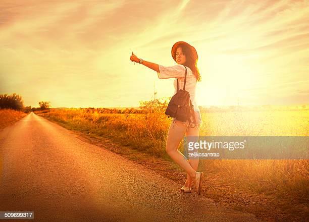 Belle jeune fille s'arrête la voiture sur la route.