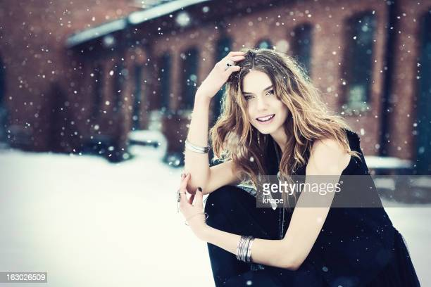 Schöne junge rock elegante Frau im Schnee