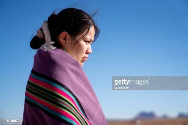 北アリゾナモニュメントバレーエリアで彼女の馬に美しい若い十代ナバホネイティブアメリカンの女の子 - ネイティブアメリカン ストックフォトと画像