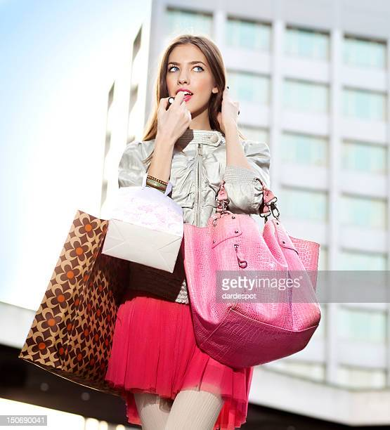 belle jeune femme appliquant lipgloss - ado minijupe photos et images de collection