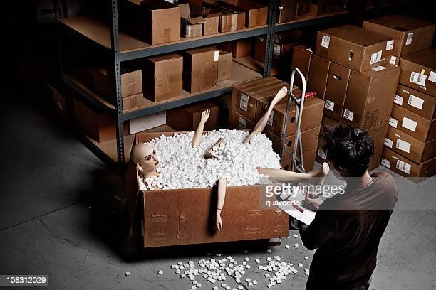 Belle jeune femme Mannequin de l'homme dans la boîte de livraison entrepôt