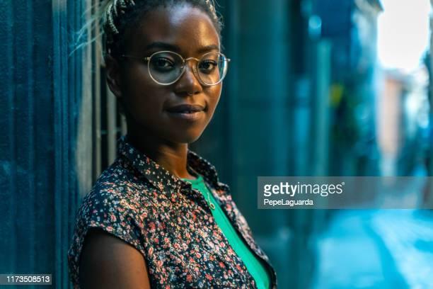 mooie jonge vrouw in een oude stads straat - opgestoken haar stockfoto's en -beelden