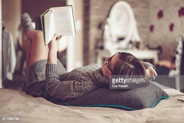 bella giovane donna a casa - leggere foto e immagini stock