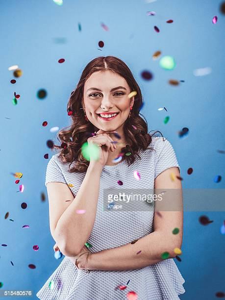 Bela jovem Celebrando com Confete