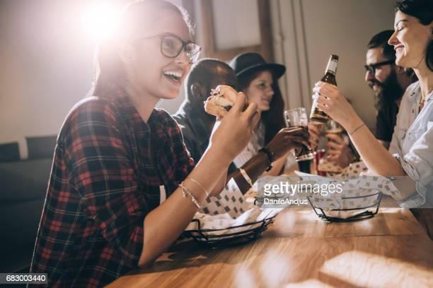 belle jeune femme manger un hamburger