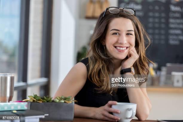 Belle jeune femme bénéficiant de café en café-restaurant